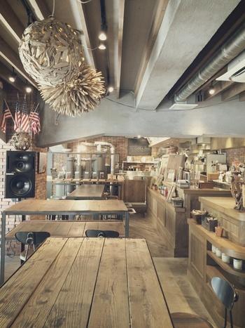 併設のカフェ「THE DECK COFFEE & PIE」の名物は、店内で焙煎するこだわりのコーヒーとお店で焼き上げる絶品のパイ。これを求めに来店する人も多いそうです。店内は40席と広々。喫煙可能なテラス席も10席ほど完備しています。