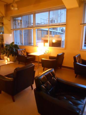 建物の1階にはゆったりとしたカフェがあり、定評のある食事やデザート、ドリンクがいただけます。「カリモク60」の家具を配したモダンで落ち着いた雰囲気もGOOD!長居したくなるような空間です。