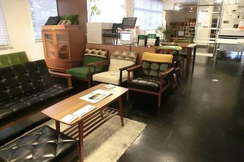 人気の家具メーカー・カリモク家具が、1960年代から情熱を込めて作り続けるシリーズ「カリモク60」を全種類、全カラー展示・販売しています。生活をワンランク上げてくれるシンプルかつ高品質な家具を前に、テンションも上がりますよ。