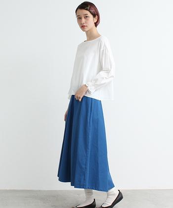 シルエットのバランスが絶妙なスタイリング。ホワイトをベースにブルーのスカートをあわせることで、爽やかな印象を引き立たせることができます。