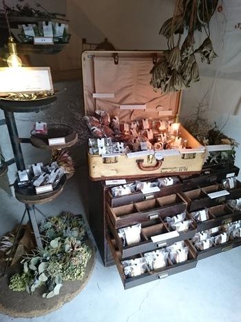 """トランクやキャビネットがショーケース代わりになっており、店内はアンティーク雑貨のショップのような雰囲気。""""日常の、ほっとひと息つきたいときに添えてほしいおやつ""""をコンセプトに、毎日約20種類の商品が並びます。"""