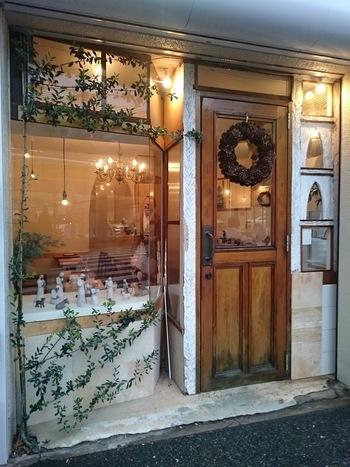 薬院駅から徒歩10分。高宮通り沿いの、薬院駅前と新川沿いの細い路地とが交わった角にあります。大きな窓の扉が印象的な外観です。