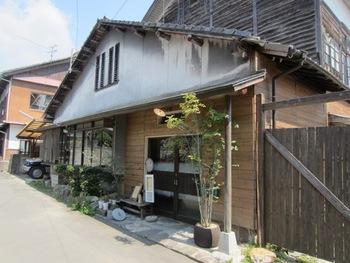 「福島」バス停より徒歩約10分。「ao café」は、築100年ほどの建物を改装した古民家カフェ。