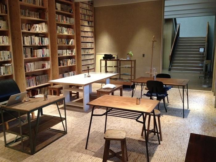 その日本近代文学館の一画にあるのが「BUNDAN Coffee&Beer」。天井まで届く本棚には日本文学の名作、小説はもちろん、エッセイ、料理本、コミック、サブカル系など蔵書はなんと約2万冊!