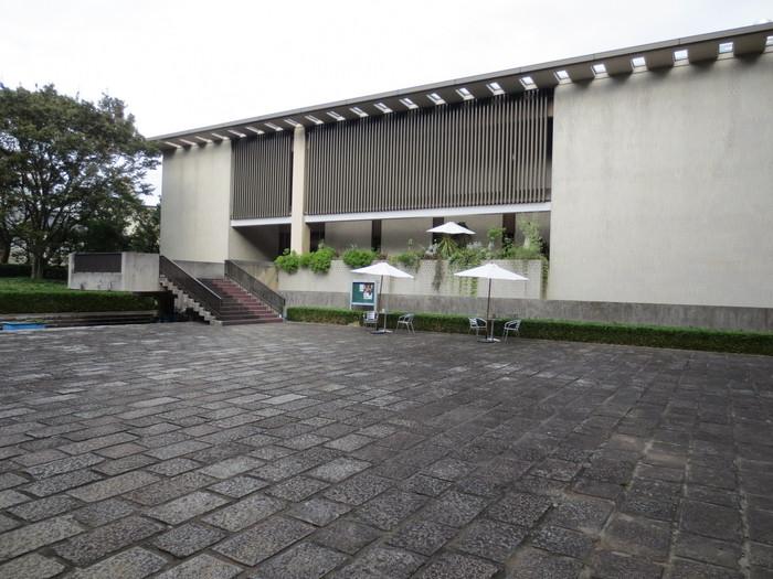 東京大学駒場キャンパスに隣接する、駒場公園内に建つ日本近代文学館。川端康成や井上靖など名だたる小説家が名誉館長を務めた、近代文学関係の資料を収集・保存する日本初の近代文学総合資料館です。