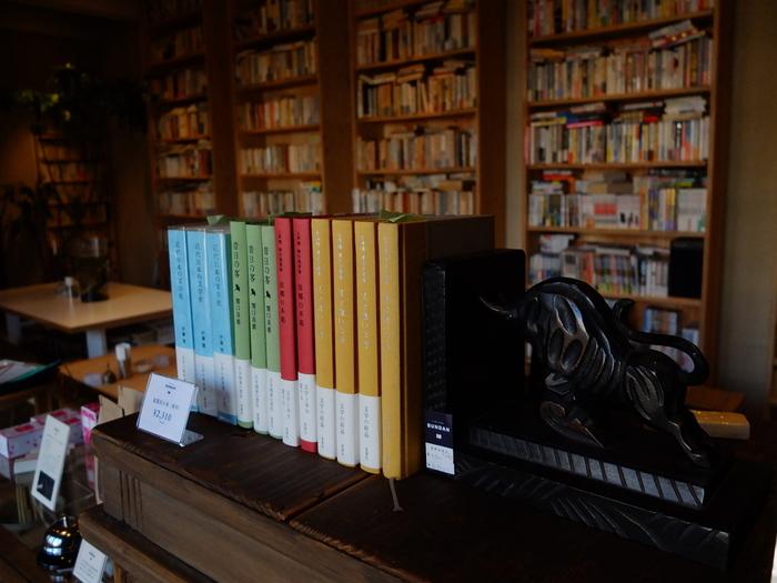 落ち着いたナチュラルな雰囲気の店内で、すべての本を閲覧することができます(購入はできません)。