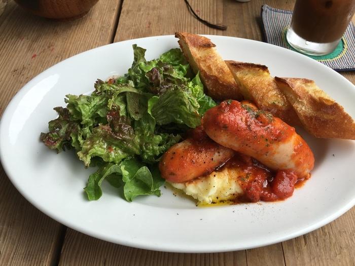 「ハードボイルド・ワンダーランド」の朝食セットは村上春樹の「世界の終わりとハードボイルド・ワンダーランド」に登場する主人公の最後の朝食を再現したもの。トマト・ソースで煮込んだストラスブルグ・ソーセージ、サラダ、マッシュポテト、フランス・パン。美味しそう♪