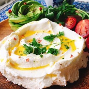 体をピュアにしてくれそうなヘルシー調味料「水きり塩ヨーグルト」。ちなみに、レバノンでは「ラブネ」と呼び、日常食として親しまれているそうです。ぜひいろんなお料理に取り入れたいですね。