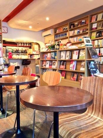 席数はカウンター3席、テーブル12席の15席。開店当初は約2000冊の蔵書の半分以上がフランス関係の書籍だったそうです。現在では日本の近代文学の作品も置くようになったとか。 書架に並んだオーナーこだわりの本、美しい装丁を眺めているだけでも本好きには至福♡購入もできます。