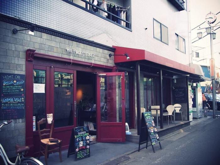 武蔵小山の小さな商店街を抜けた先、赤い扉が目印のヨーロッパのカフェを思わせるセンスのいい外観。