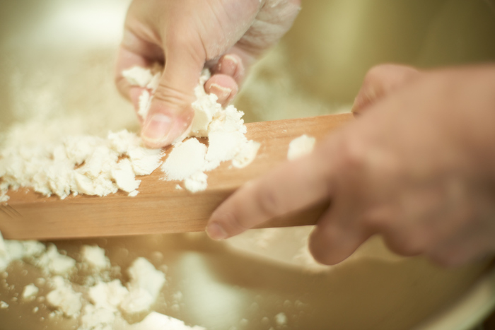 UCHU wagashiの落雁制作の様子。すべて手作業で和三盆糖を木型に入れ込んでいきます