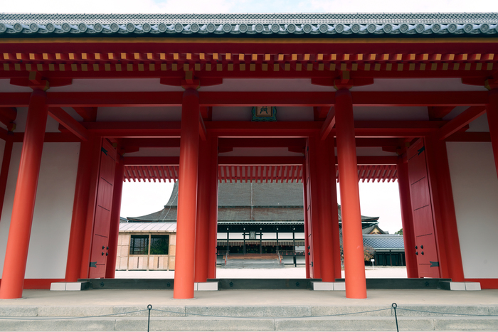 京都御所内。手前の承明門からのぞき、奥に見えるのは、公家など一部の貴族が天皇に拝したり、儀式をおこなう場であった正殿です