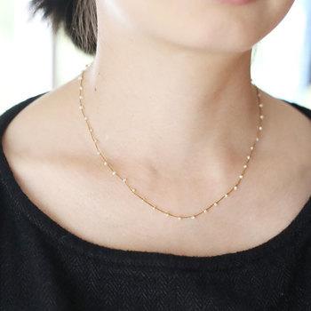 小さなパールが散りばめられた、シンプルながらも存在感のあるネックレスは、フォーマルな装いによく馴染みます。きらびやかなアクセサリーが苦手な人でも、挑戦しやすいデザインです。
