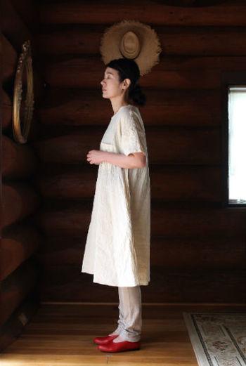 リネン100%の糸で編んだ、カットソー素材のレギンスは足にフィットしながら、サラッした心地よい肌触り。春先のワンピースに合わせてもスッキリと見せてくれます。
