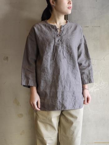 1921年創業の、日本最古のリネン専門の京都の機屋のリネンで作られたチュニック。古い機で織った素材はゆっくりと織り上げるので独特な風合いになります。レースアップのフロントもカジュアルスタイルを作るのにいい感じで、スリムなパンツにもボリューミーなスカートにもよく合います。