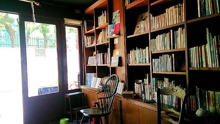 取り揃えられた書籍や雑誌は1000冊を超えるという充実ぶり。ブック・コンシェルジュが選んだというこだわりの本は、眺めているだけでも知的好奇心をかき立てられます。