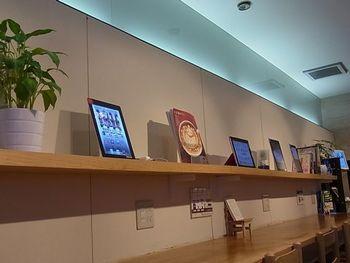 本のかわりに棚にずらっと並んでいるのは「iPad」をはじめとする多数のタブレット端末。電子書籍を楽しめるブックカフェなんですね。ちょっと不思議な光景です。