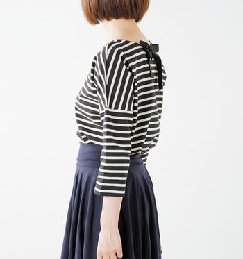 バレリーナピンクのボーダーカットソーは背中に大きなリボンがついていて、ガーリーな印象。プリーツスカートやふんわりとしたやわらかな素材のスカートにも美しくマッチします。