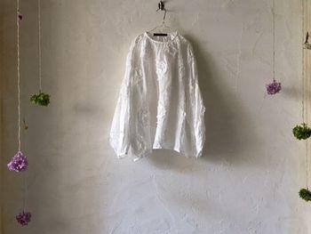 リネンはシワができやすく取れにくい素材です。洗濯をしてシワができても、それもリネンの味わいです。シワ感を活かした着こなしもリネンならではの楽しみ方です。