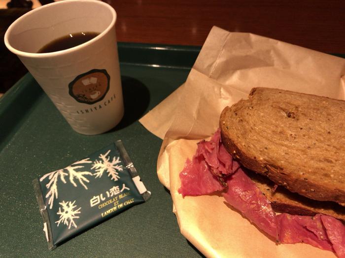 時間が限られているビジネスマンでも訪れやすいセルフスタイルカフェで、ブレックファスト、ランチ、ディナーとごはんメニューも充実。サンドウィッチやパスタなど、豊富なメニューのレストランのようなカフェです。