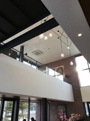 二階建てで、公園に面して大きな窓があり開放的な店内。1階には大きな電源テーブルがあり、仕事やミーティングで使用する方が連日訪れています。