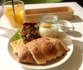 b's kafé (ヴェズカフェ)の魅力は、早朝7:00~ブレックファスト・ランチ・ディナーをそれぞれ楽しめること。北海道の素材にこだわった、新鮮な食材と焼きたての香り漂うパンは最高!
