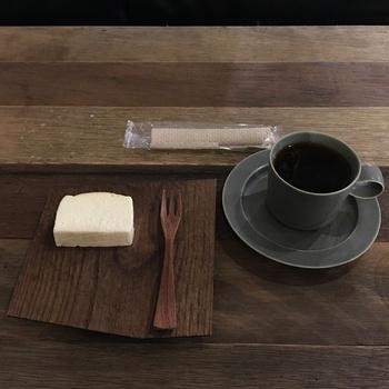 コールドプレスジュースや自家製酵素ジュース、コーヒーやオーガニックワインなど、こだわりの飲み物と一緒に、暮らしの新しいスタイルを模索する。そんなインスピレーションに溢れたカフェです。