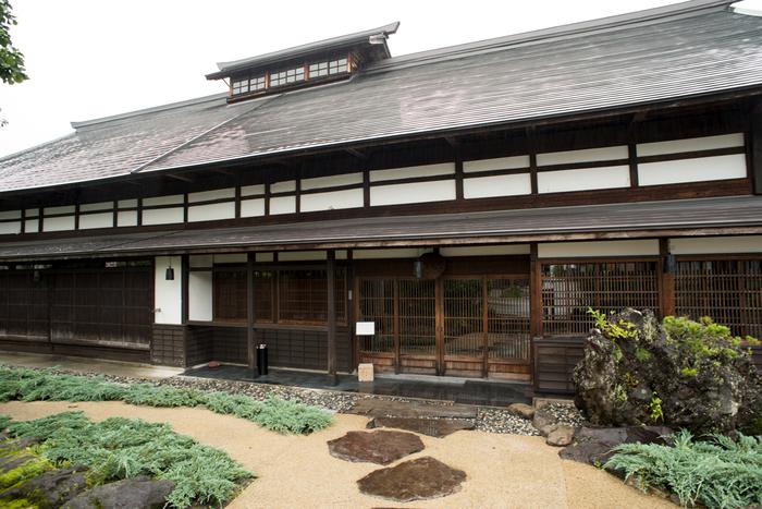 カフェは、白馬の歴史的な古民家「庄屋丸八」内にあります。