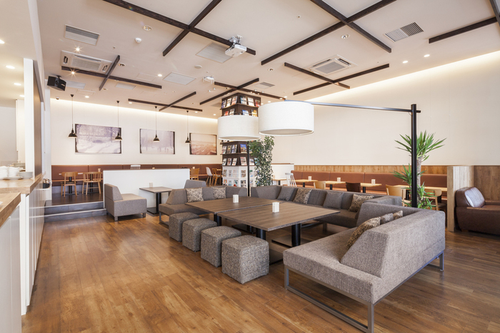 """新しい生き方を創造するにふさわしいクリエイティブを支えるカフェ。そんな場所が札幌にもできました。気軽に立ち寄れる約40席のカフェスペース+約60席のレストランスペースで、電源もたっぷり完備。一人で時間を使う際にはもちろんのこと、仲間と""""仕事""""や""""新しいアイデア""""の打ち合わせをする人にも数多く利用されています。"""