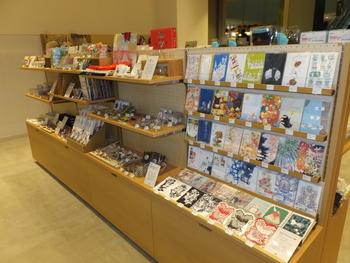 入り口では、かわいい雑貨やアーティストの作品がお出迎え。訪れる人へ「新しいクリエイティブを発信しよう」というメッセージやインスピレーションを与えてくれそう。カフェスペースは貸し出しも行っているので、セミナーやイベント開催も可能です。