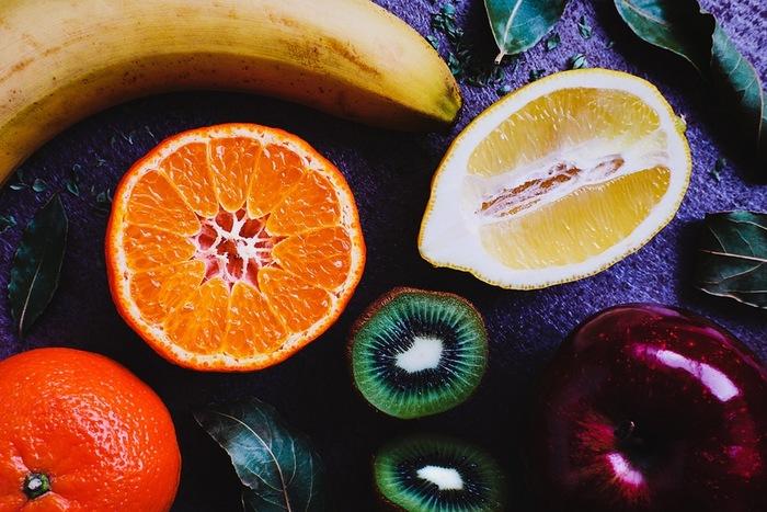 """先にも述べましたが、旬の果物は、香りが高いものです。  味や食感もさることながら、果物独特の""""芳香""""も料理に奥行きをもたらしています。  今回紹介したサラダは果物が主役ではありませんが、口の中で味わえば、果物の香りが全体をまとめ、少ない分量でも果物の存在感がわかります。  いつものサラダが、どことなくボヤケた味と感じたのなら、林檎やみかんを加えてみて下さい。またデパ地下やお惣菜屋のサラダが、少々クドかったり、塩分が強すぎた時は、手近にある果物を混ぜてみてください。きっと美味しくなるはずです。"""
