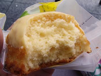 ワックスや防腐剤・除草剤を使わずに、完全に熟すまで育てられたレモンは皮も安心して、ピールとしてケーキを引立てています。