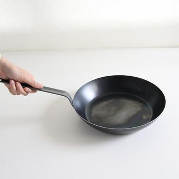 フライパンは24~26cmが基本とされており、最もポピュラーな大きさです。2人暮らしや、夫婦+小さなお子様の3人なら、日々の料理がこれひとつでまかなえます。  ※写真のフライパンは26cmです