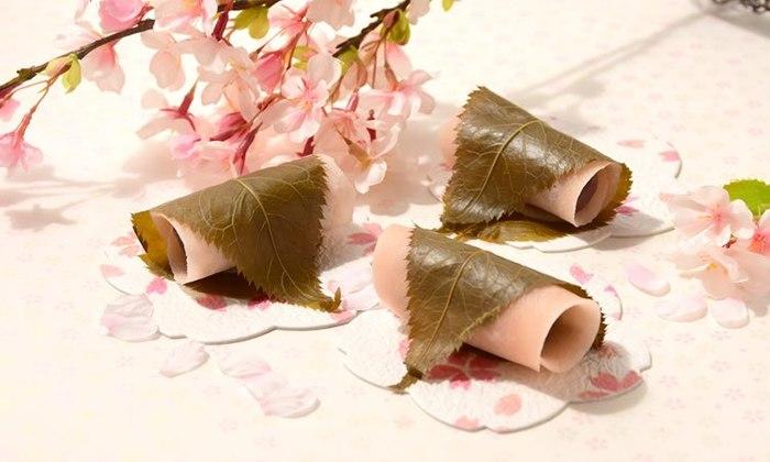 桜の花びらのように薄く焼いた生地であんを巻く関東風。生地は一度に何枚も焼けるので、お客様が多いときなどにもおすすめだとか。
