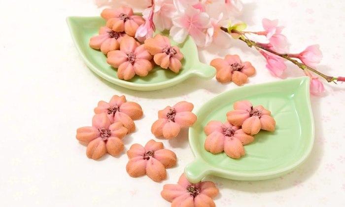 しっとりサクサクの食感が楽しい米粉のクッキー。桜の口金を使った、可憐な絞り出しクッキーです。春ならではの香りが広がります。