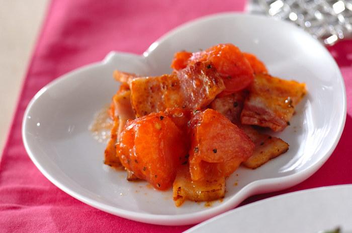 ベーコンとトマトを炒めて、バジルで香りづけしています。簡単にイタリアンの雰囲気を作り出すことができる便利なレシピです。火を通したトマトは甘さが増しますよ♪