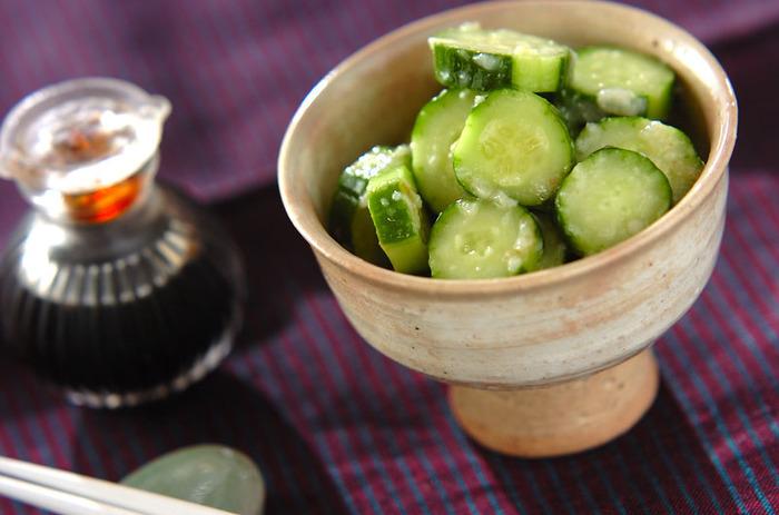 さっぱりとした美味しさのあるキュウリの即席漬けです。塩麹の旨みがたっぷりと絡んで、ほっと一息つける箸休めになります。