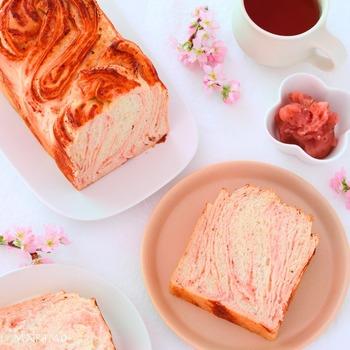 桜あんをマーブル状に織り込んだ、美しい春爛漫ブレッド。優しい甘さがくせになる上品な味わい。コーヒー・紅茶のほかに、日本茶にも合いそうですね。
