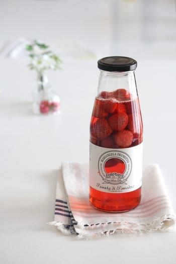 色鮮やかなイチゴワインは、テーブルをキュートに演出してくれる大人女子のためのお酒です。ソーダで割ればパーティーシーンにもピッタリのスパークリングワインに早変わり!氷砂糖でお好みの甘さに調整してください。