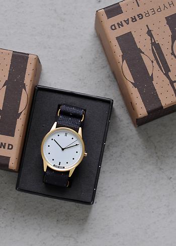 ナイロンベルトの時計というと無地のものが多いものですが、ハイパーグランドの時計は柄が入っているという珍しいもの。箱もスタイリッシュでとても素敵なので、プレゼントにもおすすめです。