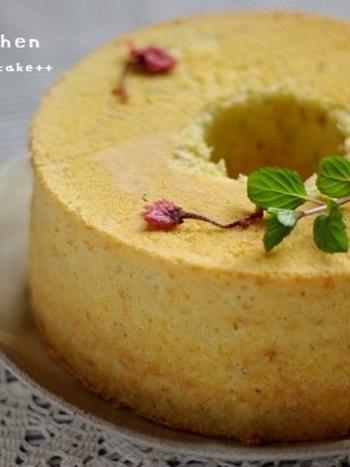 塩味と甘みのバランスが絶妙な和テイストのシフォンケーキ。大人のパーティにもぴったりな落ち着いた華やかさがありますね。