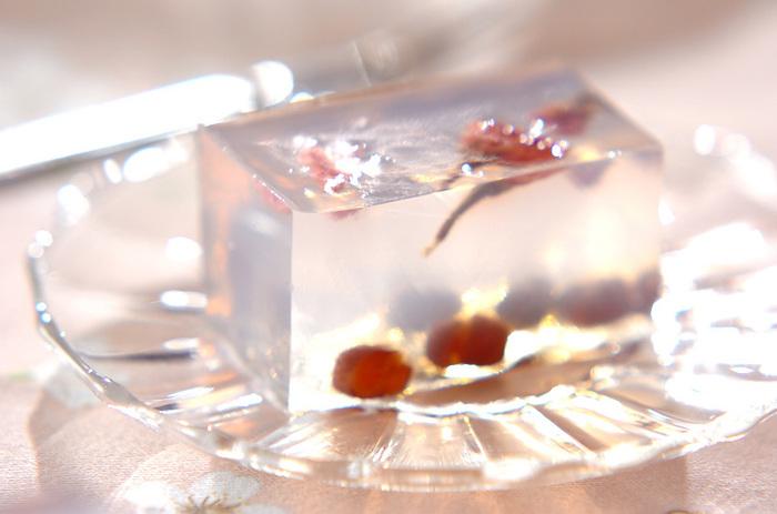 なんて美しい透明感♪桜が沈んでしまわないように、寒天液を2回に分けて入れるのがポイントです。甘納豆もいいアクセント。桜リキュールで風味づけしているとか。