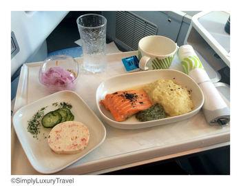 見た目にも美しいビジネスクラスの機内食にもマリメッコのテーブルウエアが!余裕のある方は、ビジネスクラスで本格的な北欧の味を楽しんでみてはいかが?