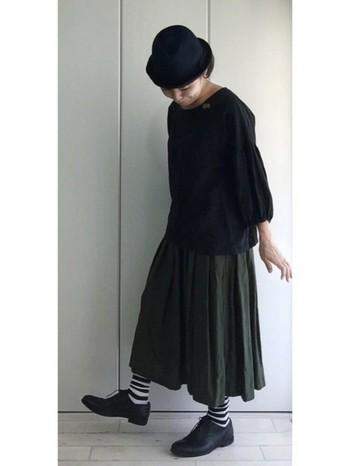 落ち着いたグリーンのリネンのタックスカート。リネンはラフなイメージを与えがちですが、落ち着いたブラックやネイビーと合わせれば、落ち着いたカジュアルシックな装いになります。靴下に柄を持ってくると、良いアクセントになりますね。