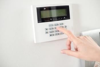 お部屋で快適に過ごすためには、「快適な温度」が欠かせません。「リビングを広くとったのはいいけど、冷暖房の効きが悪い」「夏は暑く冬は寒い」など、住んでみてから細かい悩みが出ることが多い「室内温度問題」。エアコンをつけても一部分が冷えすぎたり温まりすぎたり、間取りによっては温度差ができてしまうことも。また、家族の場合は特にそれぞれの体感温度が違い、なかなか一人一人に合わせた温度設定は難しいですよね。