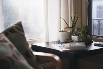人間が摂取するものは食物、水、空気。その中で最も多いのが空気で、そのうちの約9割は「室内の空気」だということをご存知ですか?長い時間を過ごす自分の部屋の空気はとても重要です。外からの花粉や土ぼこりや、室内のダニや粉じんなど、目に見えない空気の汚れも存在します。小さい子どもがいると、特にハウスダスト問題は気になりますよね。毎日の掃除以外にも、こまめに換気をし、空気の入れ替えをしたいところ。でも、窓の位置が悪かったり、「風通しが悪い」部屋は、空気が汚れがち……。