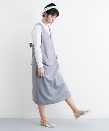 リラックス感のあるジャンパースカート。合わせのアイテムを寒色系カラーでまとめて、凛とした爽やかなコーディネートに仕上がっていますね。