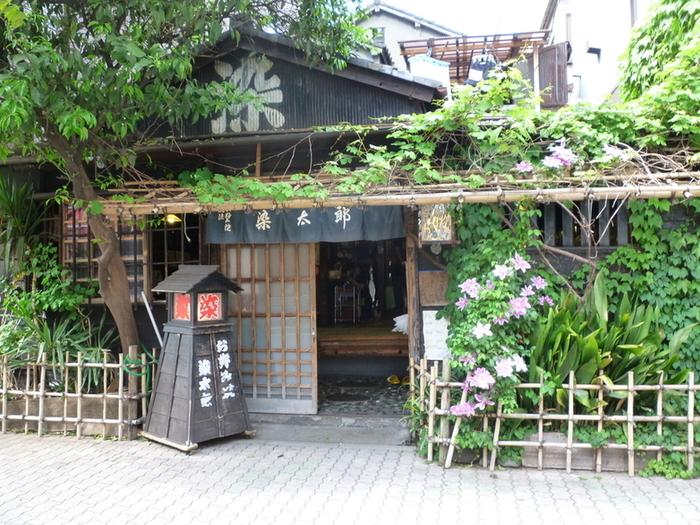 坂口安吾が愛した浅草 風流お好み焼き 染太郎。昭和初期を思わせる懐かしいたたずまいに心が和みます。名付け親は、常連の小説家・高見順。江戸川乱歩も染太郎のファンでした。