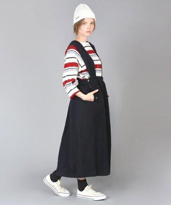 トリコロールカラーが爽やかなマリンコーディネート。一枚でコーディネートが決まるジャンパースカートは厚手のリネンを使用しているので季節を問わずに使える優れもの!ニット帽とスニーカーのカラーを合わせてカジュアルに着こなして◎