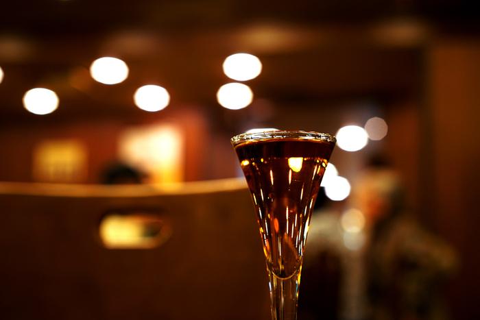 神谷バーといえば、ブランデーベースのカクテル「電気ブラン」。通は、ビールをチェイサーに電気ブランを飲むそうです。入店後、まず1杯目とおつまみの食券を買って席につきます。